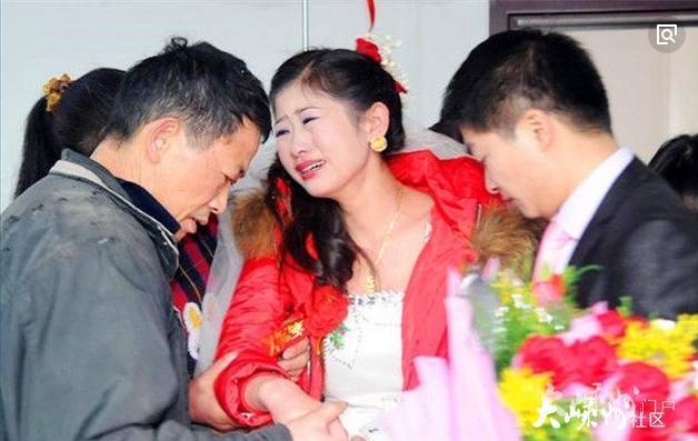 乡下父母参加女儿婚礼,被城里亲家嘲笑,结账时亲家傻了