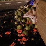心疼!小伙来嵊州卖西瓜,结果在高速上翻车了...