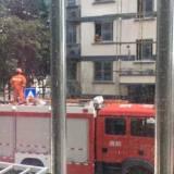 丽湖小区一个小孩出事了,消防队危急时刻从3楼翻窗而入