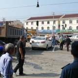 章镇渣土车出事,110和吊车都来了!车头撞毁司机…