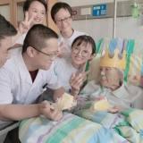 手术后,嵊州这位百岁老人在病床上收到生日祝福!