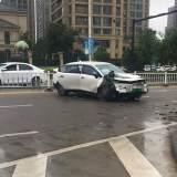 双塔路红绿灯路口学生被撞!电瓶车散架,汽车安全气囊弹出