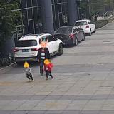 揪心!嵊州一3岁男童路上玩耍,被轿车碾过……