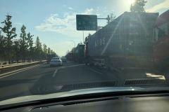 什么情况?甬金高速又堵住了,边上都是大货车.