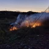 危险!嵊州这农田有明火,还冒出滚滚白烟…
