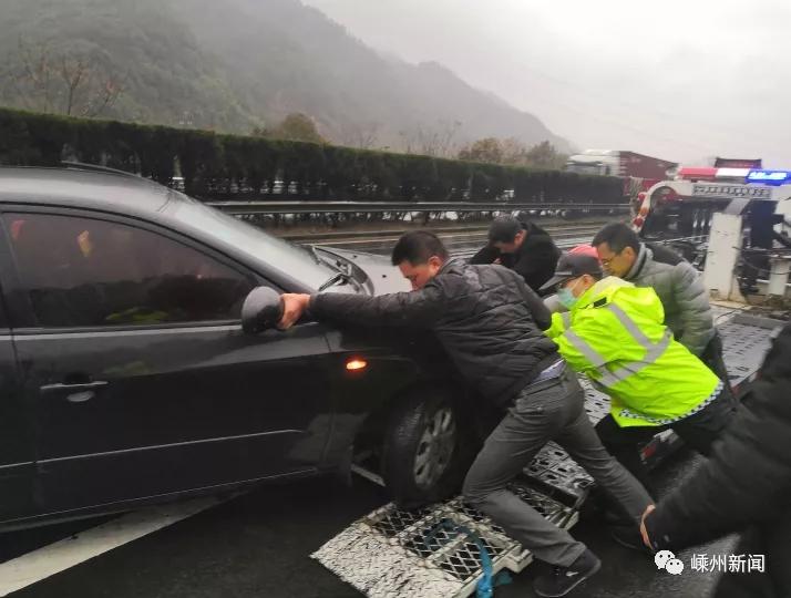 惊险!甬金高速上一小车360°连续翻转,众人合力施救