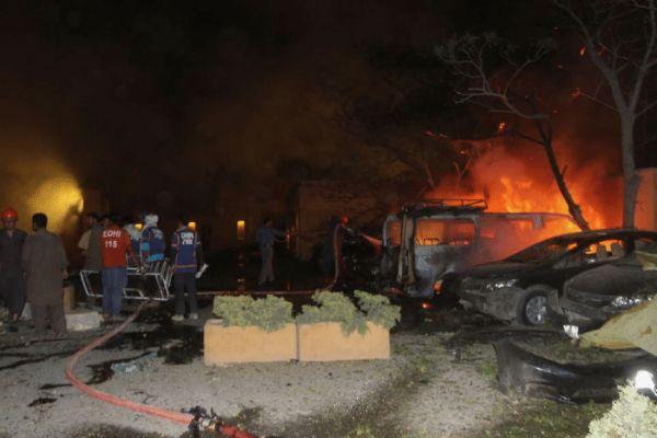突发! 巴基斯坦酒店爆炸致4死12伤, 巴内政部长: 中国大使入住此酒店, 事发时外出