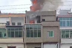长乐一民房着火了