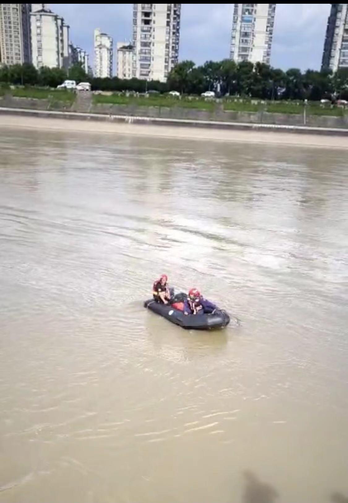 廊桥有小孩落水:警告不要单独让小孩子在江边玩!